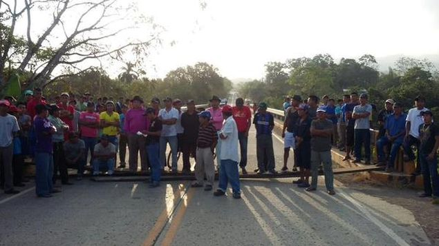 一群CHEPO地区Tortí镇从事伐木的居民  封锁泛美公路