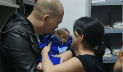 这张照片太激动人心了  被掳婴儿终于回到妈妈的怀抱