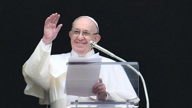 巴拿马官方隆重迎接教宗方济各到访 2千人在机场欢迎