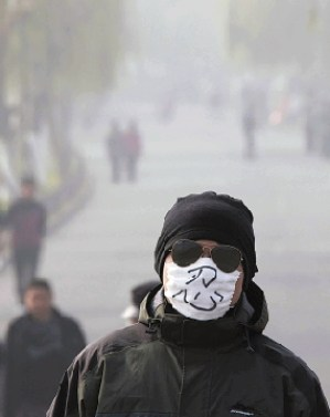 A man in Hangzhou wearing a mask with the Chinese character 忍 (to put up with). Online photo.