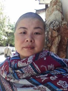 Ye Haiyan (叶海燕) shaved her head in support of the Umbrella Movement in Hong Kong.
