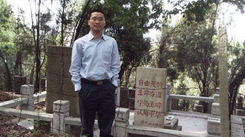 Tang Jingling in front of Lin Zhao tomb, 2009.