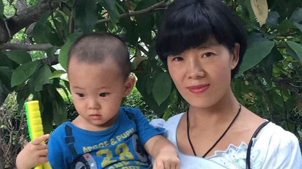 Li Aijie and son, online