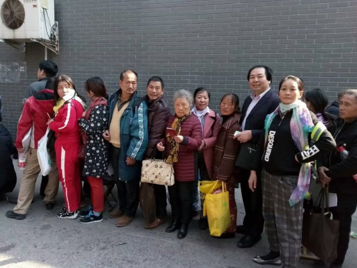 Huang Qi_mother in line outside petition office_title photo