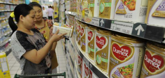 una-trabajadora-de-un-supermercado-ayuda-a-una-clienta-a-comprar-leche-en-polvo-dumex-filial-de-danone-en-hefei-en-la-provincia-china-de-anhui-reuters