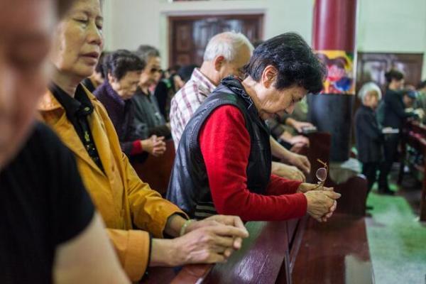 2014年,温州一座官方认可的教堂举办的周日礼拜。中国目前有约6000万基督教徒。