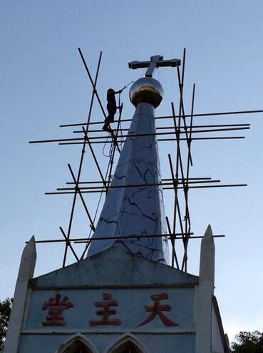 去年,浙江一座天主教堂的十字架被政府工作人员推倒。官员和当地居民称,过去两年间,当局已经拆除了1200至1700座教堂的十字架。