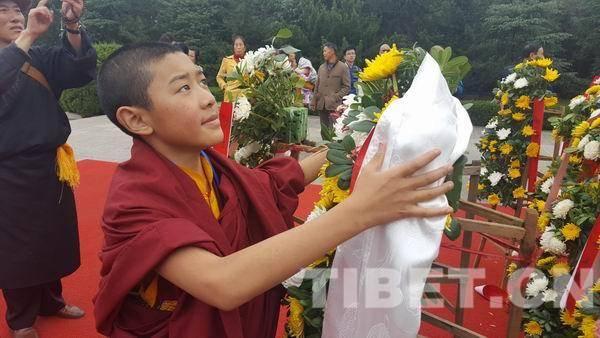 10月24日,德珠活佛在韶山毛泽东广场向毛主席铜像敬献哈达。