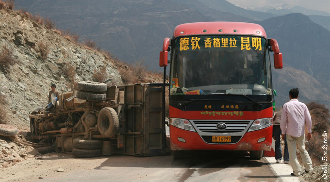 coach truck crash moutain