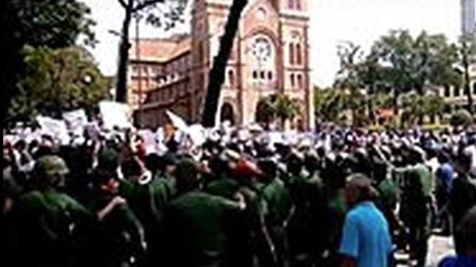 SEZ-notre-dame-church-manifestation-Saigon