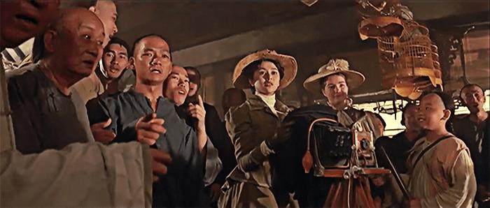 西洋装扮的十三姨,在人群中显得格格不入。 《黄飞鸿之壮志凌云》,1991