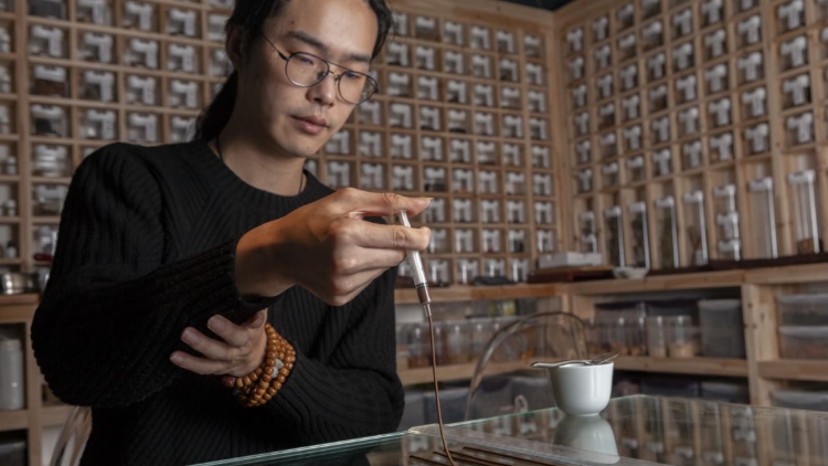 Liang extracting xīang in his laboratory. Photography: Yang Xiaozhe.