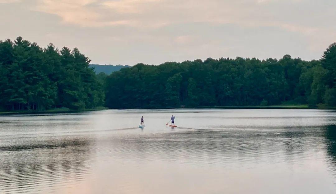湖畔偶遇——两个陌生人之间的距离有多远?