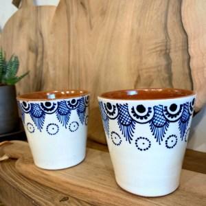 Tasse à café blanche en céramique et motif en dentelle