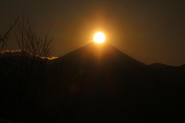 高尾山でダイヤモンド富士を観賞 2021年は、いつがベストの時期? 人気の撮影ポイントは?