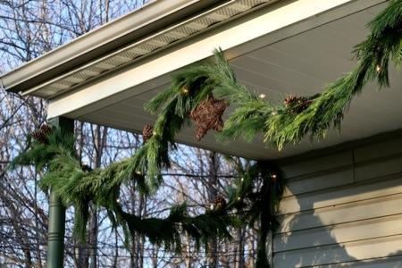 Fresh_pine_garland_on_porch