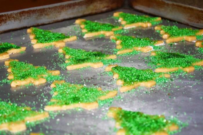 Galletas en formas de arbolitos en fuente para horno.