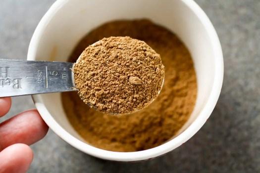 especias para galletas en una cuchara