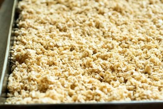 granola sin cocinar en una bandeja