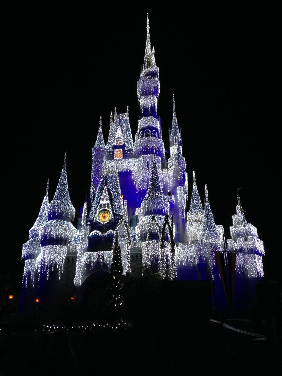 'A Frozen Holiday Wish' Castle Lighting Returns to Magic Kingdom Park