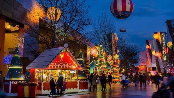 A Magical Enchanted Christmas at Disneyland Paris Disney Village! 1