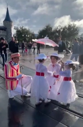 Mary Poppins and Bert Take a Stroll With Fans Dressed as Mary Poppins in Disney World 2