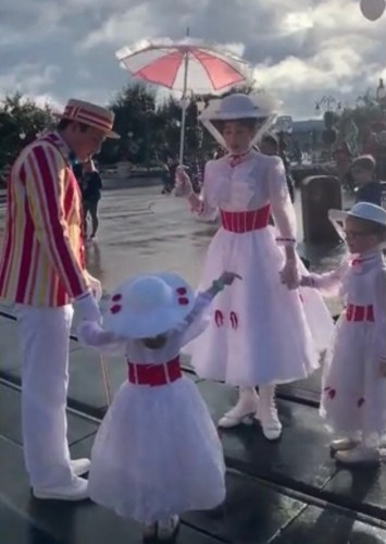 Mary Poppins and Bert Take a Stroll With Fans Dressed as Mary Poppins in Disney World 3
