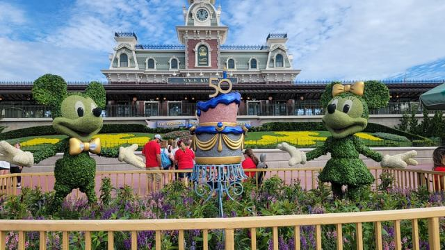 Mickey and Minnie Topiaries Celebrate the 50th Anniversary with a super cute display 1