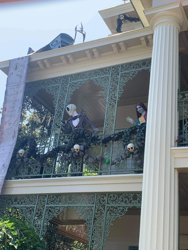 Jack & Sally greeting guests from the Balcony of Haunted Mansion 2