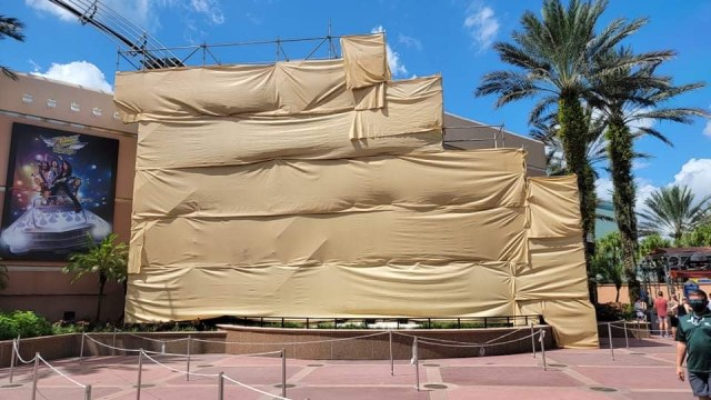 Scaffolding covers guitar ourside of Rock n Roller Coaster 1