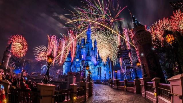 Video: Father & Son Enjoying Disney World Fireworks Goes Viral 1
