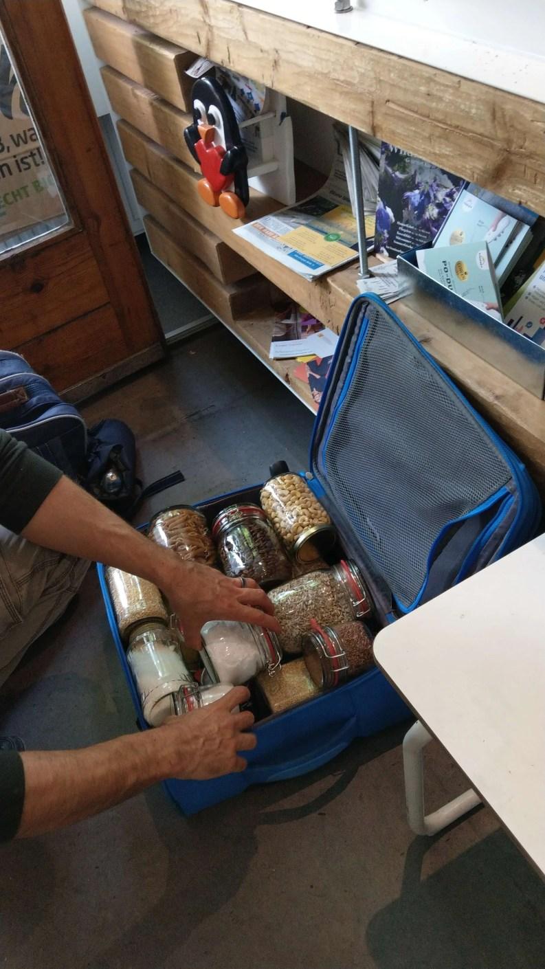 行李箱中密實地塞滿十幾二十個玻璃罐子