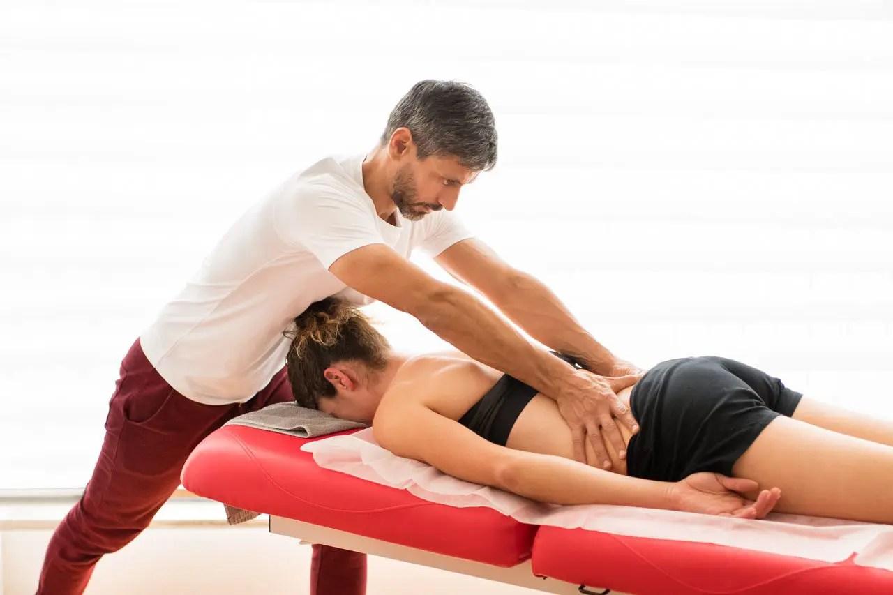 Técnicas de manipulación de movilización espinal quiropráctica y ciática