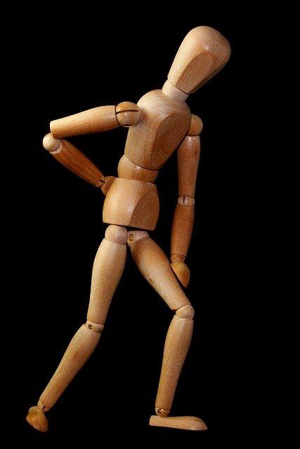 腰を抑える人形