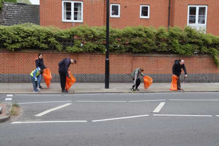 volunteers cleaning up chiswick london