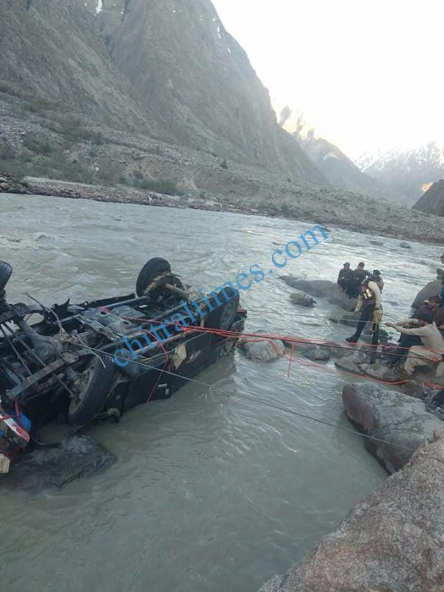 chitral a vehicle plunged into river in Yarkhoon valley while crossing Onawoch bridge resulting nine persons died including two women. pic by Saif ur Rehman Aziz 3