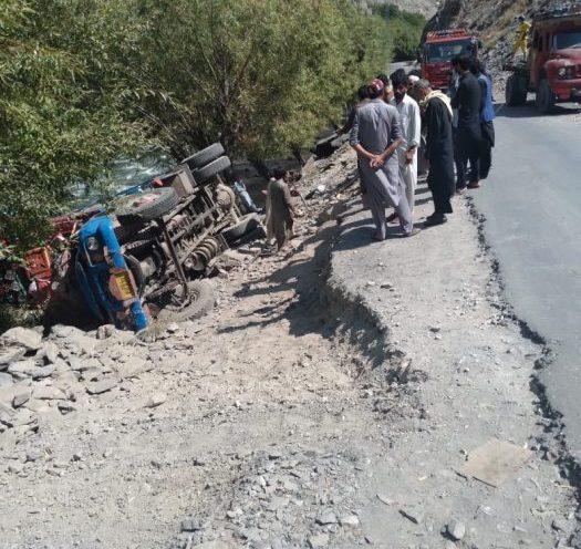 Truck overturns on Garam Chashma road