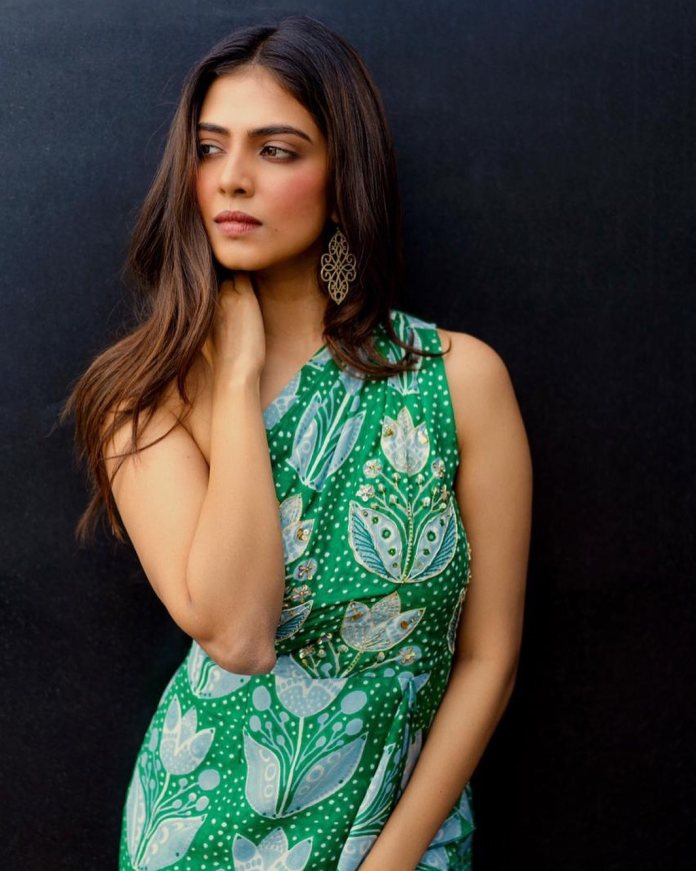 Malavika Mohanan Hot and Navel Photos