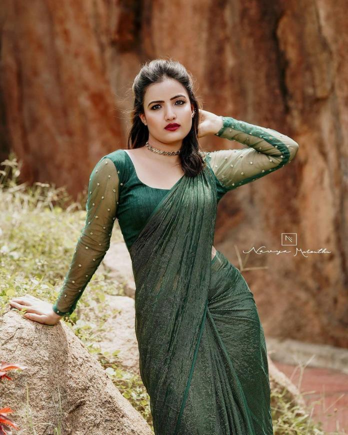 Siri Hanmanth Hot Saree navel photo shoot