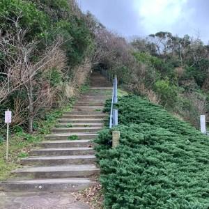 外房・勝浦の八幡岬公園の展望広場に続く階段を登る