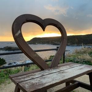 下田・爪木崎灯台の横のハートのベンチの風景