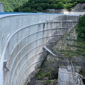 矢木沢ダムの上部から下を眺める