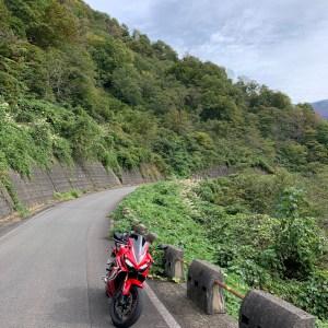 三国川沿いの山壁の鮮やかな秋の緑with CBR650R②