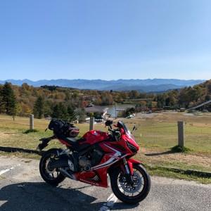 茶臼山高原スキー場横の駐車場にて南アルプスを眺めるwith CBR650R