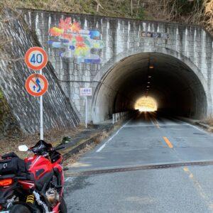 西秩父桃湖沿いのトンネルにてwith CBR650R