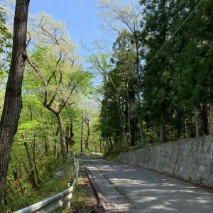 道幅が狭くなった八方道路の風景