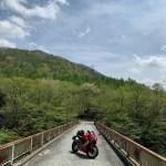 深い緑と静寂が広がる深山湖の最果ての橋の風景にてwith CBR650R