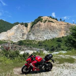 西吾妻スカイバレー・米沢市エリアで出会ったワイルドな山の風景にてwith CBR650R