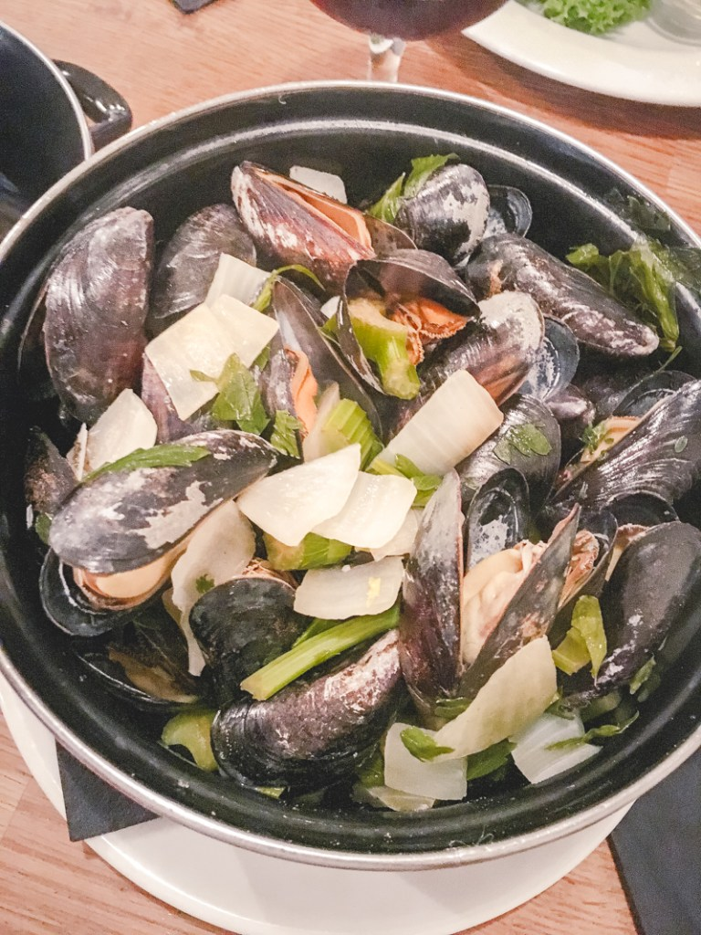 7 Things to Eat in Brussels - #MoulesFrites #BestFrites#Brussels #Bruxelles #Europe #Food #Belgium #NationalDish | www.chloestravelogue.com