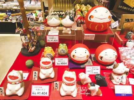 JR Kanazawa station is a great place to find Kanazawa omiyage and other local specialty gold-leaf souvenirs. #Kanazawa #Japan #winterinjapan #goldleaf | CHLOESTravelogue.com